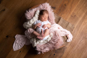 newborn im bettchen